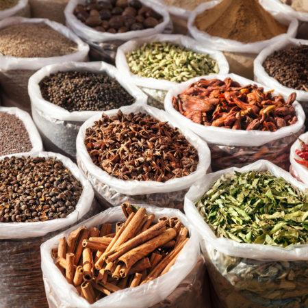 Una grande varietà di spezie proveniente da tutto il mondo